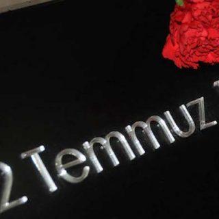 Bei dem sog. Madımak-Massaker kamen in Sivas am 2. Juli 1993 infolge eines Brandanschlages 37 Menschen ums Leben. Der Vorsitzende des Untersuchungsausschusses erhob bereits im Jahre 2013 schwere Vorwürfe gegen die Sicherheitsbehörden.