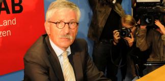 """Thilo Sarrazin bei der Vorstellung seines Buches """"Deutschland schafft sich ab""""."""