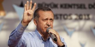 Bei einer Rede deutete Erdoğan am Sonntag mit seiner rechten Hand das Rabia-Zeichen an, das mittlerweile zum Symbol des Widerstands gegen das ägyptische Putschregime geworden ist.