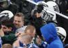 Polizisten schlagen beim Spiel gegen Saloniki auf Schalke-Fans ein. Der Verein kritisierte den unverhältnismäßigen Einsatz der Beamten.