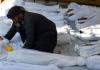 Ein Mann trauert um ein totes Baby. Bei einem Chemiewaffen-Einsatz in einem Vorort östlich von Damaskus sollen mindestens 500 Menschen ums Leben gekommen sein.