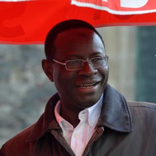 Der aus dem Senegal stammende Karamba Diaby wird am 22.09.2013 in Halle (Saale) (Sachsen-Anhalt) von Journalisten zum Ausgang der Bundestagswahl befragt. SPD-Kandidat Diaby zieht über die Landesliste als erster aus Afrika stammender Abgeordneter in den Bundestag ein.