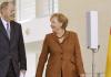Merkel und Steinbrück unterhalten sich im Deutschen Bundestag. Derzeit spricht vieles für eine Große Koalition.