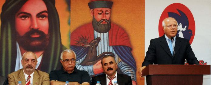 Izettin Dogan hält eine Ansprache während einer alevitischen Kulturveranstaltung. In Ankara soll in Kürze ein Gebäudekomplex enstehen, in das sowohl eine Moschee als auch ein Cemevi integriert sind.