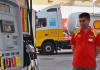 Ein Tankwart in der Türkei betankt einen PKW.