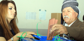 """Ein kurdischer Mann gibt am 21. September in Arbil seinen Wahlzettel ab. Die Oppostionsbewegung """"Gorran"""" könnte für eine Überraschung sorgen."""
