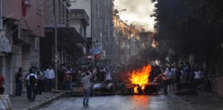 Die gewalttätigen Ausschreitungen in der Provinz Hatay dauern an. Die Regierung will mit einem Demokratiepaket die Gemüter beruhigen.