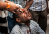 Ein verletzter Mursi-Anhänger wird am 6. Oktober nahe Kairo behandelt.