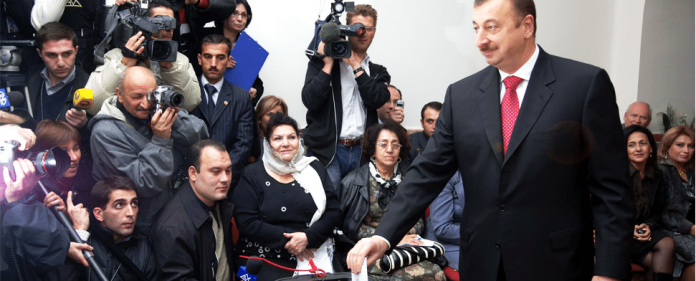 Aserbaidschans Präsident Ilham Aliyev posiert für die Medien, als er seinen Stimmzettel in einem Wahllokal in Baku in die Wahlurrne wirft.