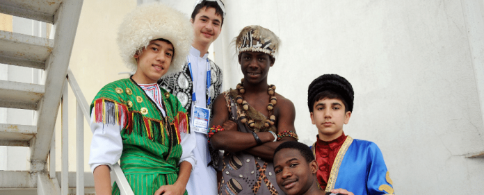 Das Bild zeigt die Begegnung von Schülern aus unterschiedlichen Kulturen.