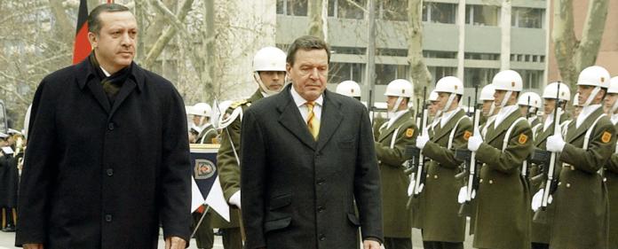 Recep Tayyip Erdogan und Gerhard Schröder im Jahre 2004.