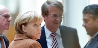 Bundestagspräsident Norbert Lammert (CDU, l-r) Bundeskanzlerin Angela Merkel (CDU), Kanzleramtsminister Ronald Pofalla (CDU) und der Vorsitzende der SPD, Sigmar Gabriel, unterhalten sich am 30.10.2013 im Willy-Brandt-Haus in Berlin - dpa