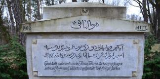 """Ein Grabmal auf dem Friedhof Wünsdorf aus der Zeit des Ersten Weltkriegs. Darauf ist zu lesen: """"Grabstätte mohammedanischer Krim-Tataren die kriegsgefangen unter der Regierung Kaiser Wilhelm II während des Welt-Krieges starben""""."""