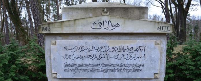 Ein Grabmal auf dem Friedhof Wünsdorf aus der Zeit des Ersten Weltkriegs. Darauf ist zu lesen: