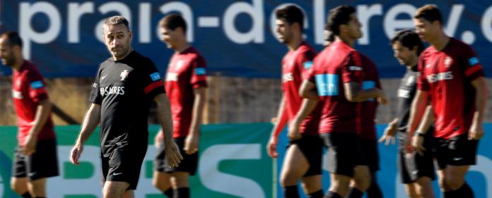 Der portugiesische Nationaltrainer Paulo Bento bei einer Trainingseinheit mit der Nationalmannschaft. Die Portugiesen müssen um das WM-Ticket bangen.
