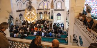 Gläubige beten am 03.10.2012 in der Sehitlik Moschee am Columbiadamm in Berlin. Zum Tag der deutschen Einheit haben 18 Berliner Moscheen ihre Türen für Besucher geöffnet.