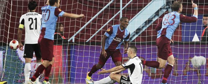 Trabzonspor-Spieler bejubeln gegen Legia Warschau das Führungstor. Am Ende gewannen die Türken mit 2:0.