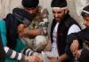 Ein verwundeter Widerstandskämpfer, der von einem Assad-loyalen Scharfschützen angeschossen wurde - reuters