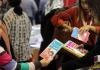 Buchmesse in Istanbul: Ein Kind schaut sich ein Buch an. - cihan
