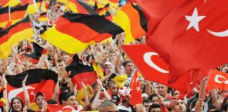 Deutsche und Türken bei einem Public Viewing