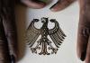 Die Hände einer Schwarzafrikanerin liegen am 12.09.2006 auf der Einbürgerungsurkunde der Bundesrepublik Deutschland im Rathaus Berlin-Neukölln während einer Feierstunde zur Verleihung der deutschen Staatsbürgerschaft - dpa
