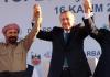 Erdogan zusammen mit den beiden Sängern Ibrahim Tatlises und Siwan Prever in Diyarbakir am 16.11.2013.