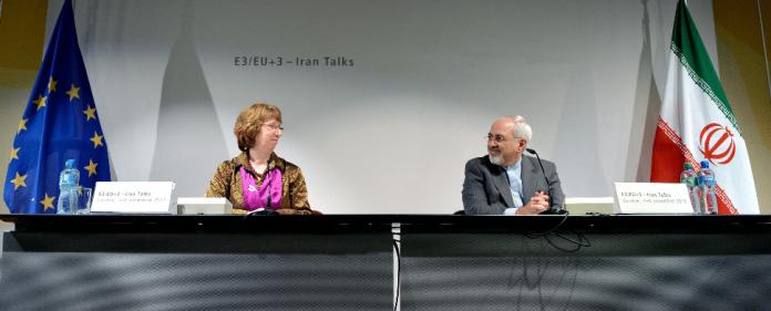 Die EU-Außenbeauftragte Catherine Ashton (l) und der iranische Außenminister Mohammed Dschawad geben am 10.11.2013 in Genf (Schweiz) eine Pressekonferenz - dpa