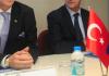 Die Türkische und die EU Flagge auf dem Tisch - iha