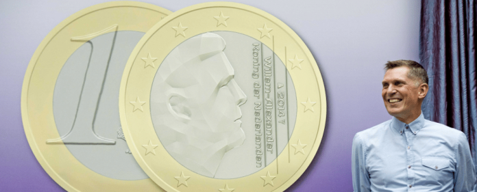 Der holländische Fotograf Erwin Olaf stellt sein Design für die neue Euro-Münze der Niederlande mit dem Gesicht von König Willem-Alexander im Finanzministerium in Den Haag am 31. Oktober 2013 vor.