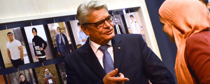Bundespräsident Joachim Gauck spricht am 28.11.2013 in Münster (Nordrhein-Westfalen) im Anette-von-Droste-Hülshoff-Gymnasium beim Rundgang in einer Ausstellung mit der Künstlerin Seren Basogul. Die Ausstellung