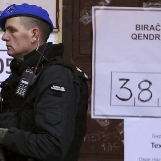 EU-Polizisten und NATO-Soldaten sorgten bei der Neuwahl für Sicherheit vor den Wahllokalen. (rtr)