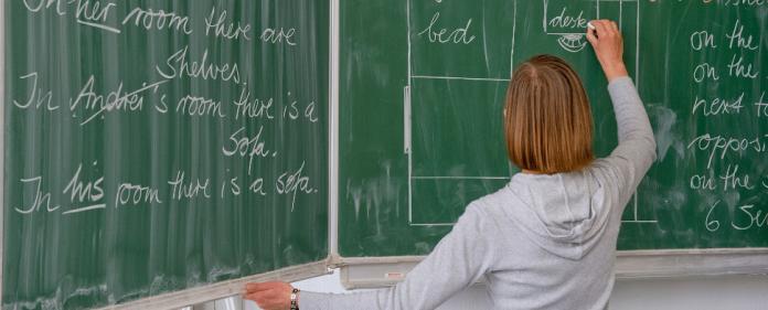 Eine Englisch-Lehrerin einer Grundschule beschriftet die Tafel, aufgenommen am 27.10.2010 in Frankfurt (Oder) (Brandenburg) - dpa