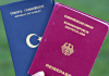 Eine Studentin zeigt am 07.06.2013 in Mannheim (Baden-Württemberg) einen türkischen Pass (l) und einen deutschen Reisepass - dpa