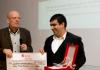 """Der Verein """"Amaro Drom"""" nimmt den Sozialen Menschenrechtspreis entgegen."""