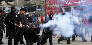 Ägyptische Polizisten versuchen eine Gruppe demonstrierender Studenten zu beruhigen.