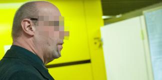 """Der Zeuge und ehemalige Verfassungsschutz-Mitarbeiter Andreas T. geht am 03.12.2013 im Oberlandesgericht in München (Bayern) zum Verhandlungssaal. Dort wurde der Prozess um die Morde und Terroranschläge des """"Nationalsozialistischen Untergrunds"""" (NSU) fortgesetzt."""