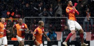 Gökhan Zan freut sich über das Erreichen des Achtelfinals in der Champions League.