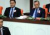 Hakan Sükür spricht im Türkischen Parlament. Im Hintergrund sind Recep Tayyip Erdogan und Bülent Arinc zu sehen.