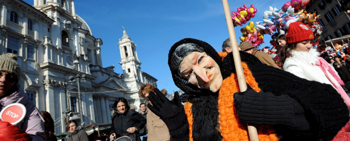 Die Hexe Befana in Piazza Navona in Rom - dpa