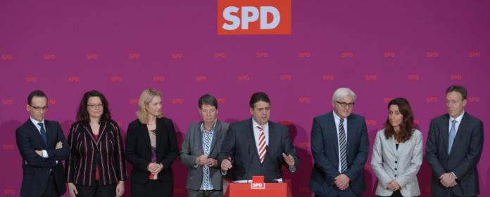 Sigmar Gabriel (4.v.r., Wirtschaft/Energie) stellt am 15.12.2013 in Berlin die Kabinettsmitglieder der SPD vor. Heiko Maas (l-r, Justiz/Verbraucher), Andrea Nahles (Arbeit), Manuela Schwesig (Familie), Barbara Hendricks (Umwelt), Frank-Walter Steinmeier(Außen), Staatsministerin im Kanzleramt für Migration, Flüchtlinge und Integration wird Aydan Özoguz und der neue SPD Bundestags-Fraktionschef Thomas Oppermann - dpa