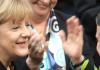 Bundeskanzlerin Angela Merkel (CDU - l) nimmt im Bundestag in Berlin am 17.12.2013 nach ihrer Wiederwahl die Gratulation und den Blumenstrauß von Vizekanzler Sigmar Gabriel (SPD - r) entgegen, während die Abgeordnete Gerda Hasselfeldt applaudiert - dpa