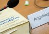 """Ein Schild mit der Aufschrift """"Zschäpe"""" ist am 27.11.2013 im Gerichtssaal des Oberlandesgerichts in München (Bayern) hinter einem Mikrofon zu sehen."""