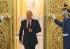 Vladimir Putin schreitet am 12.12.2013 zum Pult, um sich ans russische Volk zu wenden.