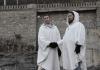 Ohannes Acin und Deniz Baris geben sich auf der Friedensbrücke in Tiflis die Hand.