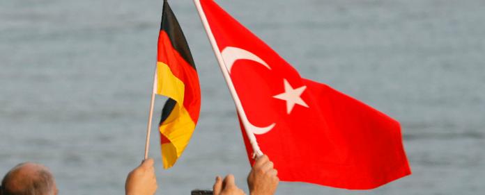 Die türkische und deutsche Flagge nebeneinander. 2014 werden Deutschland und die Türkei gemeinsam ein Deutsch-Türkisches Jahr der Forschung, Bildung und Innovation feiern.