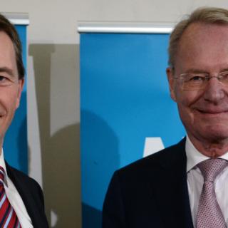 Der Vorsitzende der Partei Alternative für Deutschland (AfD), Bernd Lucke (l), übergibt dem früheren Industrie-Präsidenten Hans-Olaf Henkel am 14.01.2014 während einer Pressekonferenz in Berlin den Mitgliedsausweis für die Partei. Der 73-jährige Manager will im Mai 2014 auf einem vorderen Listenplatz für die Europawahl antreten.
