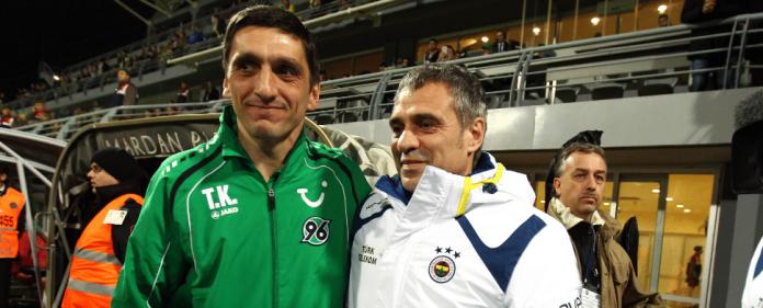 Hannover-Coach Tayfun Korkut und Fenerbahce-Trainer Ersun Yanal posieren gemeinsam für die Kameras.