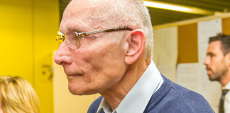 """Der Vater von Uwe Böhnhardt, Jürgen, wird am 23.01.2014 in den Gerichtssaal des Oberlandesgerichts in München (Bayern) geführt. Vor dem Oberlandesgericht wurde der Prozess um die Morde und Terroranschläge des """"Nationalsozialistischen Untergrunds"""" (NSU) fortgesetzt."""