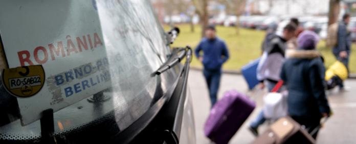 Fahrgäste eines aus Rumänien eingetroffenen Reisebuses gehen am 08.01.2014 in Berlin an einer Haltestelle des Zentralen Omnibusbahnhofes Berlin (ZOB) mit ihren Koffern zum Ausgang.