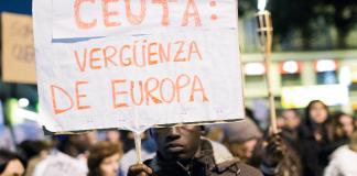 Ein Einwanderer hält ein Plakat hoch während der Proteste für die 9 Toten Immigranten in Ceuta. reuters